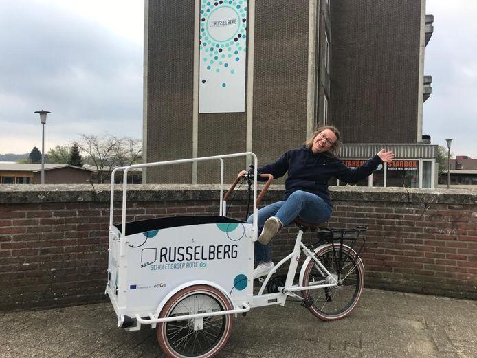 Directeur Isabelle Waeytens op de bewuste bakfiets van Campus Russelberg