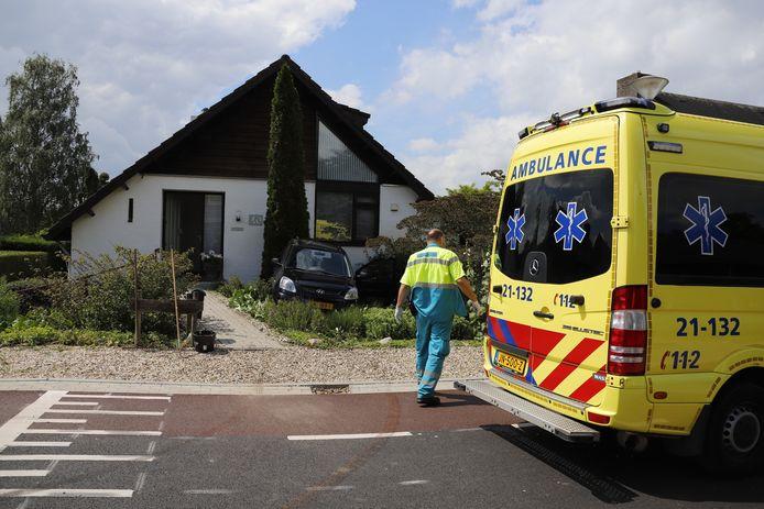 Een automobilist is met zijn voertuig achteruit de voortuin van zijn buurvrouw aan de Bronkhorstweg in Velp (Noord-Brabant) ingereden.
