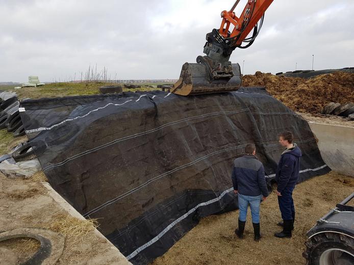 Martien Overgaauw (l.) en Jente Renema (r.) inspecteren hun uitvinding.