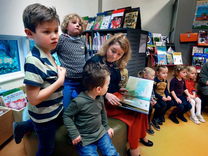 Wethouder Christa Hendriksen leest voor in de bibliotheek in Lexmond