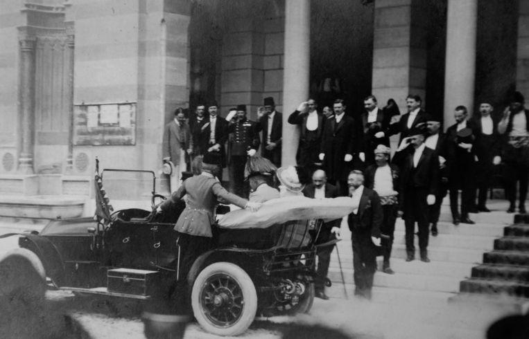 Franz Ferdinand en zijn vrouw bij hun aankomst in Sarajevo, luttele tijd voor ze vermoord zouden worden. Beeld AP