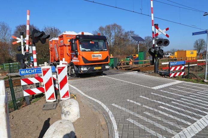 Vrachtwagencombinaties die vanaf de Giessenzoom de Parallelweg willen oprijden, komen gedeeltelijk op het spoor te staan. Medewerkers van aannemer Van Gelder zijn inmiddels begonnen met de voorbereidingen voor de plaatsing van een op maat gemaakt verkeersregelsysteem.