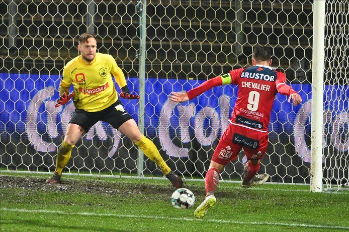 Zo scoorde Teddy Chevalier zijn eerste goal van zijn derde passage bij KV Kortrijk. Hij stuurde de bal overhoeks  naast Lommeldoelman Svedkauskas.