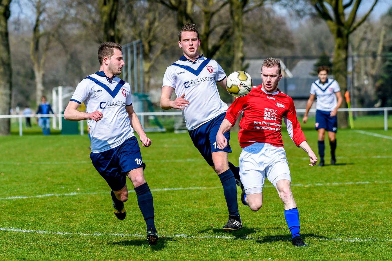 Viola (rood) verzekerde zich zo goed als zeker van nog één seizoen vierde klasse tegen SC Elshout. (archieffoto)