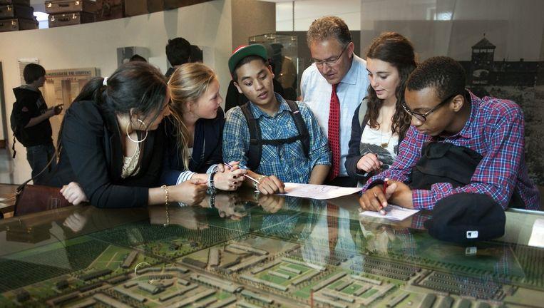 Aboutaleb met enkele Rotterdamse scholieren in Westerbork Beeld anp
