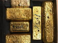 Vondst tientallen kilo's goud en geld in bagage op Schiphol leidt naar een bedrijfspand in Enschede