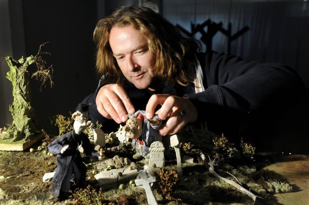 Erik van Schaaik aan het werk in een ruwe versie van het decor voor 'Under the apple tree'. Foto Hans Broekhuizen/DG