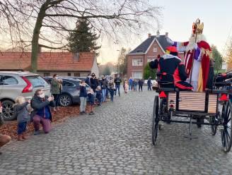 """Sinterklaas maakte coronaveilige tocht door alle deelgemeenten van Kruisem: """"De snoepjes brengen we thuis"""""""