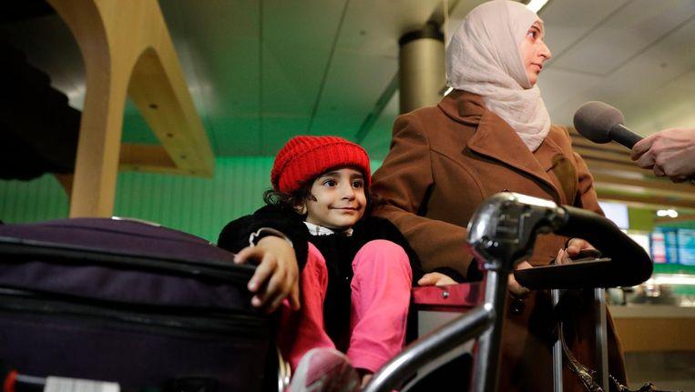 Een moeder en haar dochter van 3 uit Jemen op de luchthaven van Los Angeles. Beeld ap