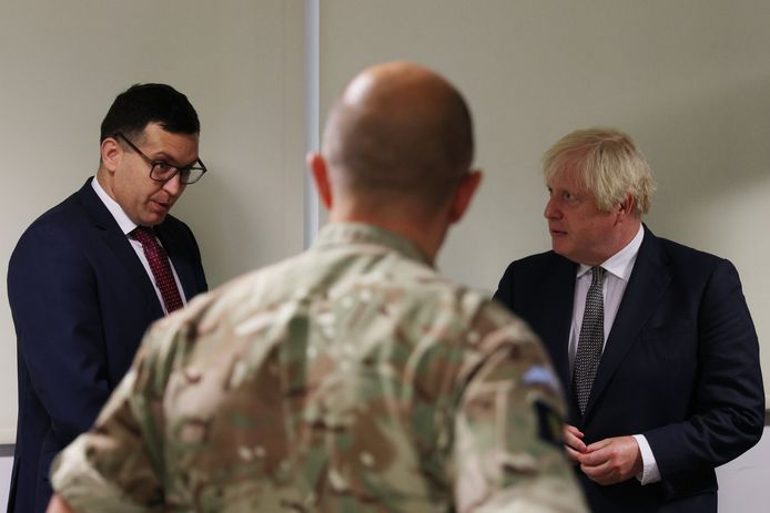 Le Premier ministre Boris Johnson en compagnie de l'interprète afghan Boris Fawad (à gauche) lors d'une visite au quartier général de Northwood, le quartier général interarmées permanent des forces armées britanniques, à Eastbury, au nord-ouest de Londres, où il a rencontré le personnel travaillant sur l'opération britannique en Afghanistan. Date de la photo : jeudi 26 août 2021.