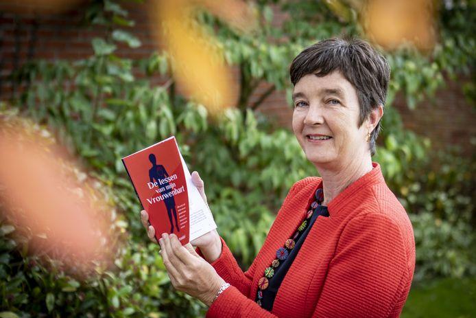 Ingeborg Boswinkel, woonachtig op Curacao, is tijdelijk bij haar ouders in Oldenzaal ter promotie van haar boek 'Lessen van mijn vrouwenhart'.