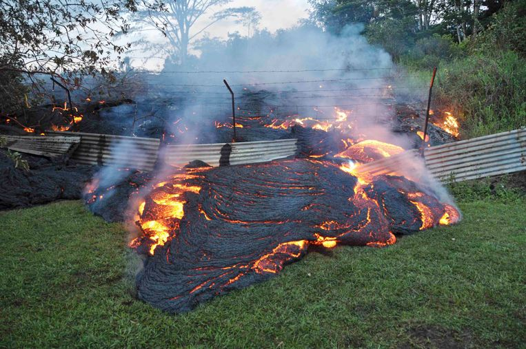 The lava flow from the Kilauea Volcano burns vegetation as it approaches a property boundary in a U.S. Geological Survey (USGS) image taken near the village of Pahoa, Hawaii, October 28, 2014.  A slow-moving river of molten lava from an erupting volcano flowed through a residential property on Hawaii's Big Island, threatening dozens more homes and businesses, authorities said.  The lava has been heading toward the town of Pahoa for weeks, with recent speeds averaging around 15 yards (13.7 meters) an hour.  Picture taken October 28, 2014.  REUTERS/U.S. Geological Survey/Handout  (UNITED STATES - Tags: ENVIRONMENT DISASTER TPX IMAGES OF THE DAY) THIS IMAGE HAS BEEN SUPPLIED BY A THIRD PARTY. IT IS DISTRIBUTED, EXACTLY AS RECEIVED BY REUTERS, AS A SERVICE TO CLIENTS. FOR EDITORIAL USE ONLY. NOT FOR SALE FOR MARKETING OR ADVERTISING CAMPAIGNS Beeld REUTERS