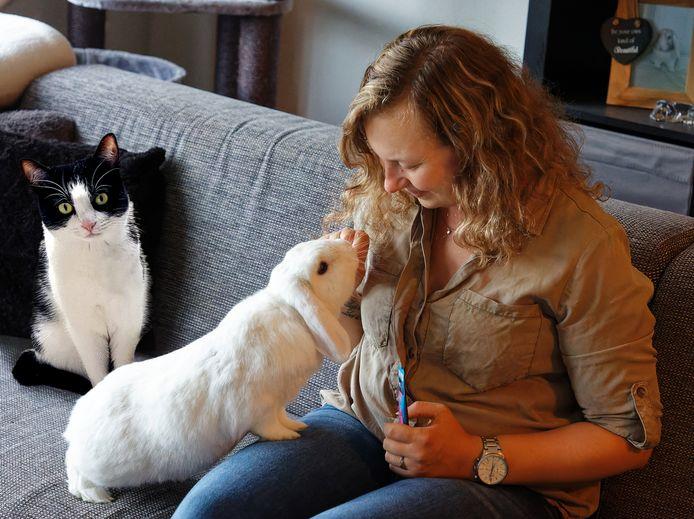 Mandy Proveniers uit Den Bosch, met konijn Macho en poes Noa.