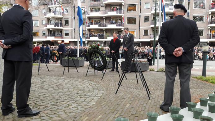 Kranslegging door burgemeester Wouter Kolff en wethouder Engbert Stroobosscher.