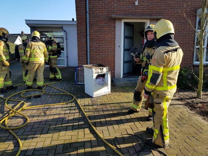 De droger is geblust en naar buiten gebracht door de brandweer in Lichtenvoorde.