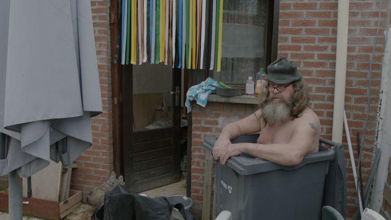 Floris neemt zijn bad in een gft-container. Beeld SBS