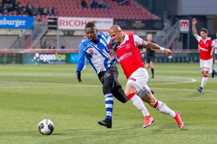Augustine Loof (links), hier als speler van FC Eindhoven in actie tegen MVV, pakte een punt met Balzan FC.