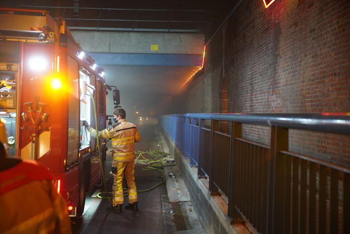 De brandweer aan het werk in de Veentunnel, nadat enkele autobanden er in brand werden gestoken.