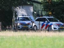 Grootscheepse inval in loods Kootwijkerbroek: zeker tien politievoertuigen uitgerukt