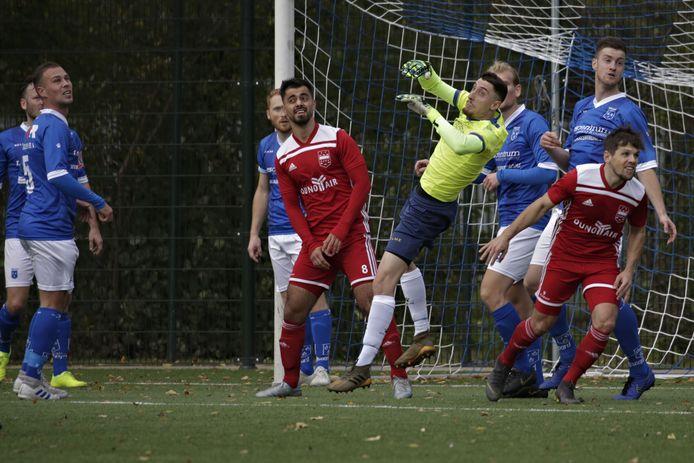 Keeper Ragip Ozrak brengt redding voor Rijsoord.