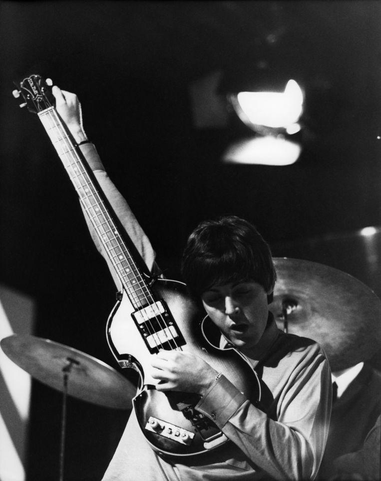 Paul McCartney van The Beatles in de Teddington Studios in Londen, 11 juni 1964. Beeld Redferns