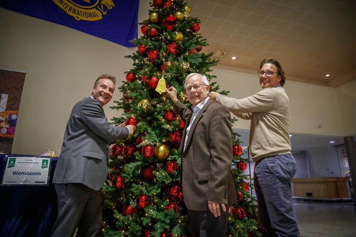 Lionsclub Woensdrecht Zuidkwartier zet jaarlijks een metershoge kerstboom in de hal van het gemeentehuis in Hoogerheide. Daarin kunnen mensen wensen hangen. De laatste details worden hier aangebracht door Jan-Peter Scheurwater, Henk Kielman en Hanco van den Anker.