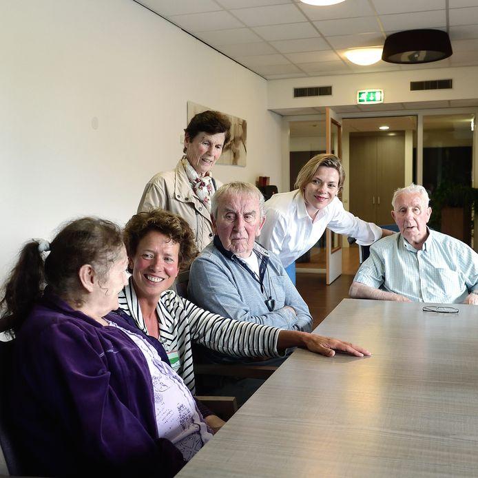 Patienten en medewerkers van afdeling Spoedzorg voor kwetsbare ouderen in Weihoek in Roosendaal. V.l.n.r. mevrouw van Loon, specialist ouderengeneeskunde Bernadette Snijder, het echtpaar Dudok, verpleegkundige Kim Mahieu en de heer Luijsterburg.