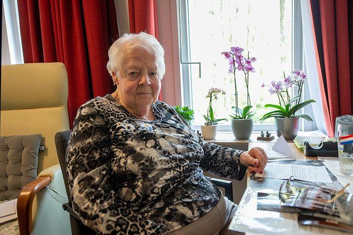 Mevrouw Nel van Gaans-Muhren(88) vertelt in haar woning in Bosgaard in Halsteren over haar heeroom Piet Muhren die als pater Stephanus verzetswerk deed vanuit de abdij in Val Dieu, België.