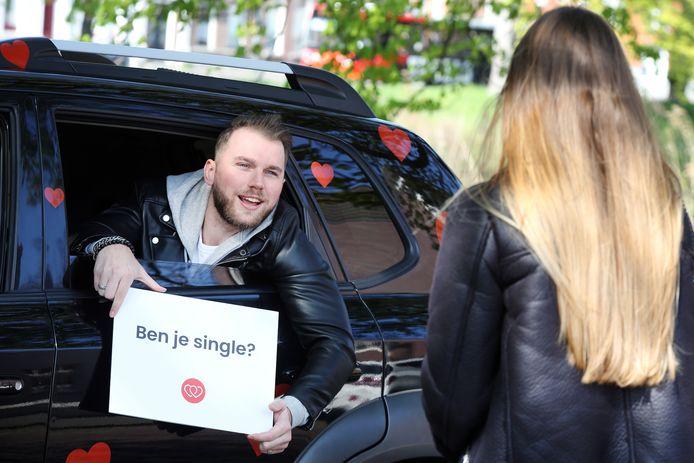 Matchmaker Brabant gooit het met de 'follow-for-love'-auto het over een andere boeg. Ilse Jespers (36) neemt vrijgezellen, in dit geval Stijn (27), mee voor een rondje file-flirten 2.0.