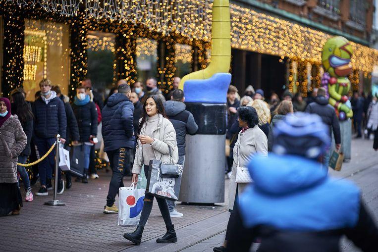 Winkelend publiek in het centrum van Den Haag. De Nederlandse stad heeft mensen opgeroepen niet meer naar de binnenstad te komen vanwege de drukte. Beeld ANP