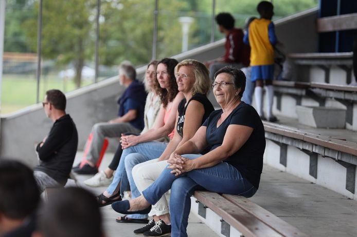Vlnr. Suzanne Smeets, Esther  Schobbe, Bianca Brans (de moeders van Waalrese voetballertjes) en Rita Trimbos, secretaris van VV Gestel, op de tribune van de gastheren van VV Gestel in Eindhoven.