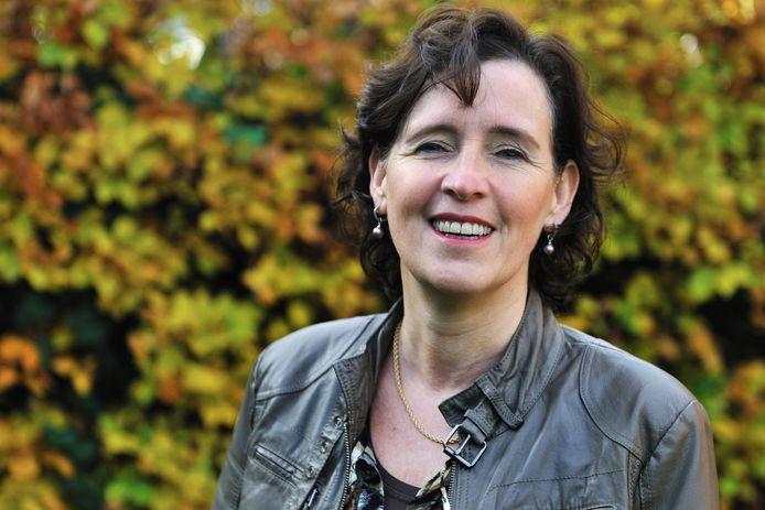 Mieke Pistorius, fractievoorzitter van de PvdA Moerdijk. Zij pleit voor het creëren van een win-winsituatie door arbeidsmigranten samen met jongeren en singles te huisvesten in leegstaande kantoren of systeembouw-units.