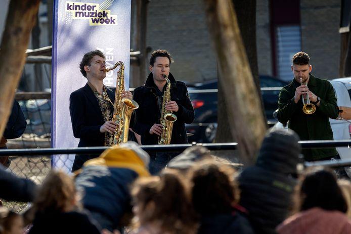 Schoolpleinconcert bij de basisschool De Boog door Brass Band Aeris.