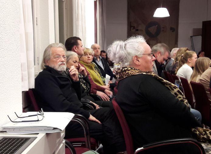 Marcel en Angèle van Riel (links) volgen op de publieke tribune de discussie in de raad van Oisterwijk
