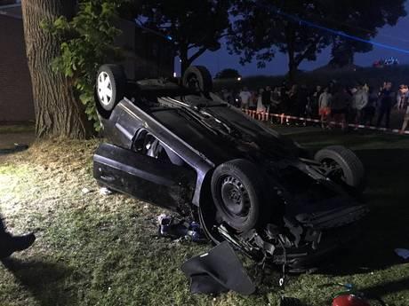 Auto knalt van dijk: twee ernstig gewonden