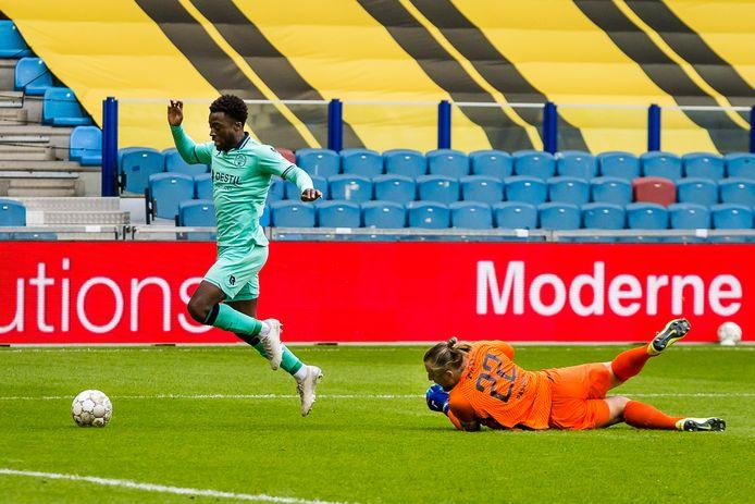 Leeroy Owusu is Vitesse-keeper Remko Pasveer voorbij, maar schiet de bal vervolgens in het zijnet.