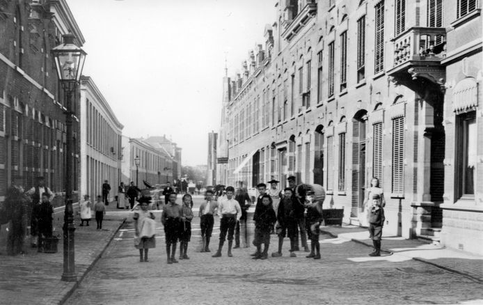 Het Korte Kromhout rond 1910, vanaf de voet van de Noordendijk. Het blok met het zonnescherm wordt binnenkort gesloopt.