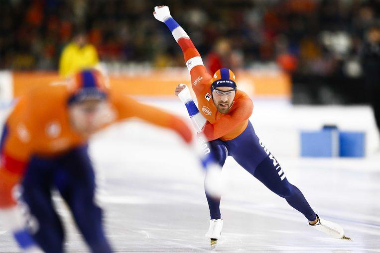 Kjeld Nuis in actie op de 1500 meter tegen Thomas Krol tijdens de ISU World Cup finale in ijsstadion Thialf. Beeld ANP