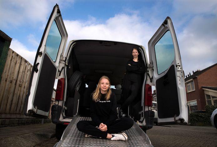 Amanda met haar moeder Jolande bij de huidige, 20 jaar oude rolstoelbus.