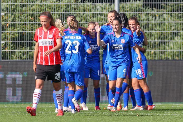 FC Twente juicht na de openingstreffer van Fenna Kalma.
