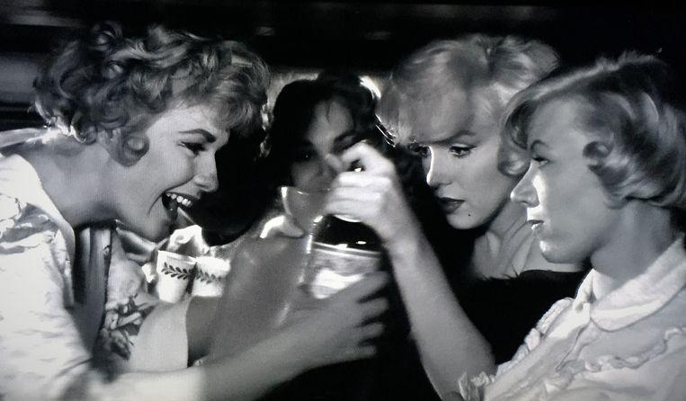 Marilyn Monroe (tweede van rechts) in Some Like it Hot (1959) van Billy Wilder Beeld null