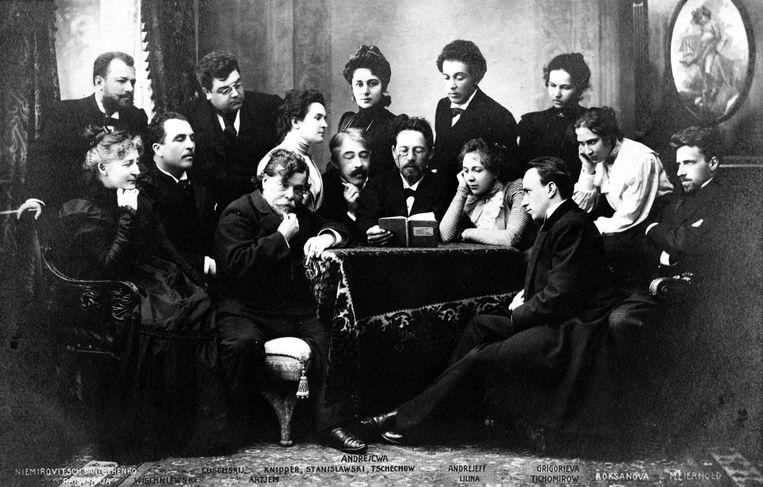 Anton Tsjechov in het midden, omringd door acteurs van het Moskous Kunsttheater in 1898. Beeld Getty Images