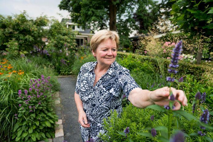 Mede-eigenaar van de Haarsboershof Ina ter Haar stelt haar prachtige tuin inclusief bijenhouderij open tijdens Rondje Tuinen Twente dit weekend.