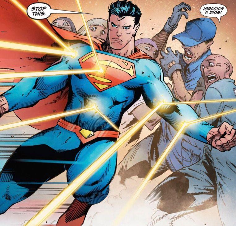 Superman vangt de kogels op die voor de mensen achter hem bedoeld waren. Beeld DC Comics