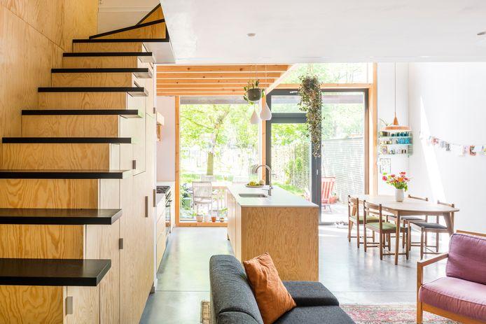 Thomas en Katrien wilden een huis met veel hout voor een warme sfeer. Om een chaletgevoel te vermijden, werd het plafond in de zithoek gepleisterd en wit geschilderd, kregen de traptreden een zwarte kleur en viel de keuze voor de vloer op beton.