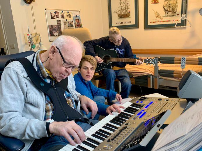 Vlnr Hans de Waart, Wilma van der Draaij en de onlangs overleden Frans Frandenburg, die kracht haalde uit muzieklessen.