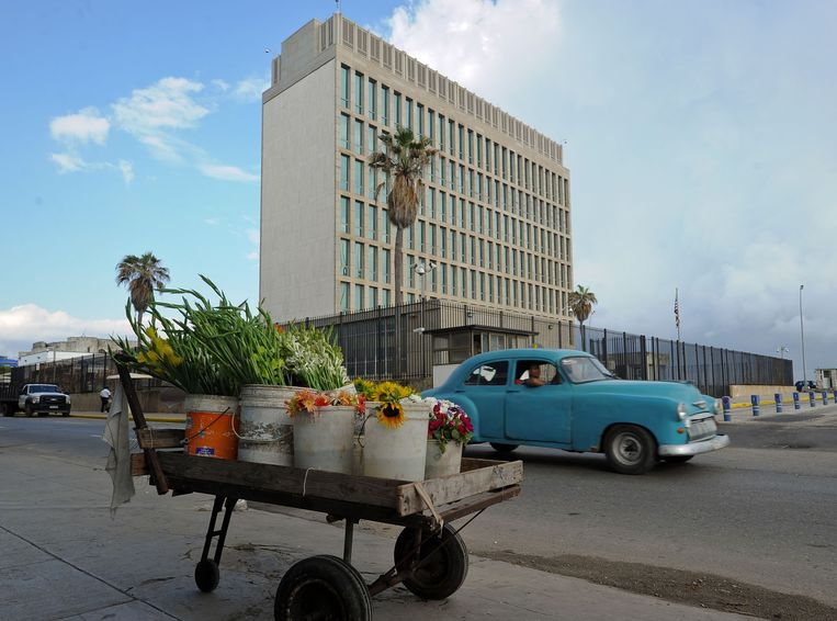 Amerikaanse diplomaten werkzaam op ambassade in Havana, het gebouw hier in beeld op een foto uit 2015, hadden als eerste te maken met de mysterieuze klachten.  Beeld AFP