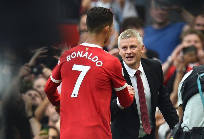 Ole Gunner Solskjaer (r) feliciteert Cristiano Ronaldo.