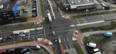 Trots op de slimste kruising van Almelo: vrachtwagens krijgen voorrang via een app