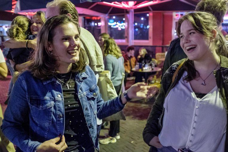 Studenten Vera Verhoeven en Lotte Lourens gingen voor het eerst uit 'in de grote stad'.  Beeld Patrick Post